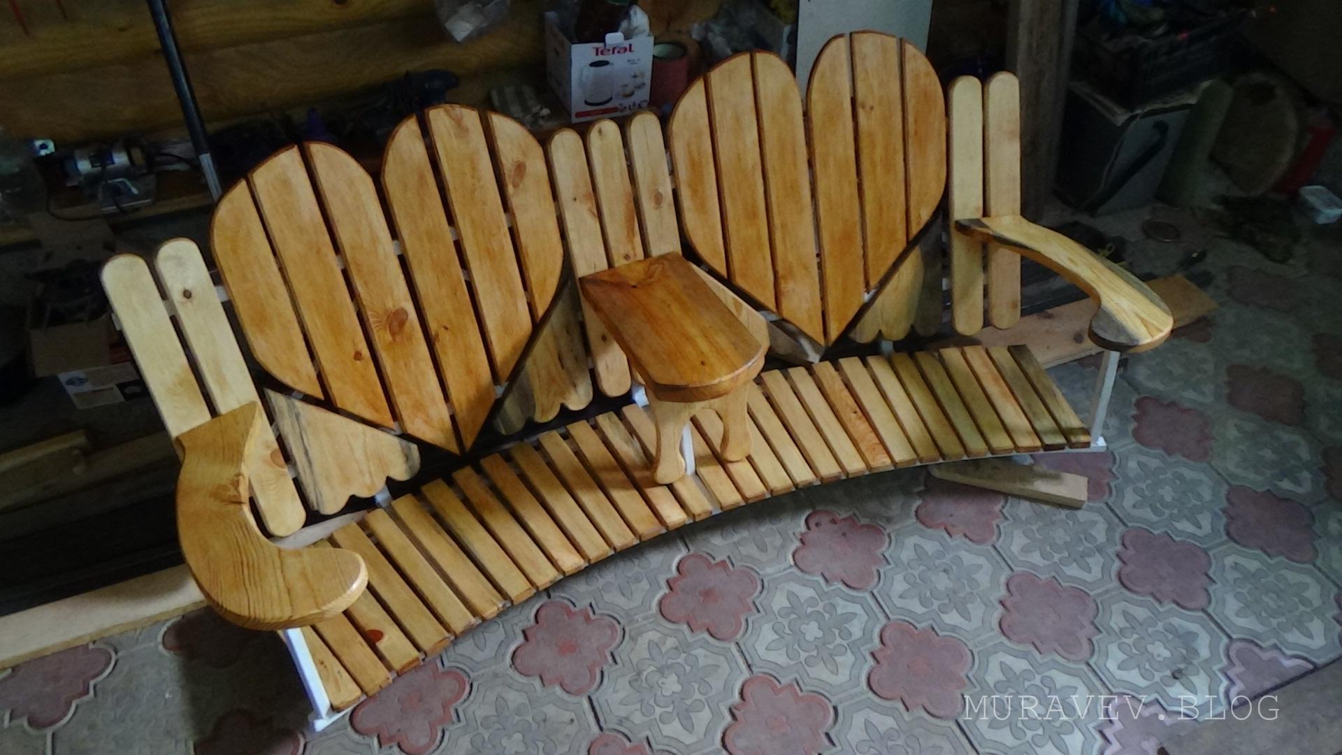 простая садовая скамейка из профиля и дерева