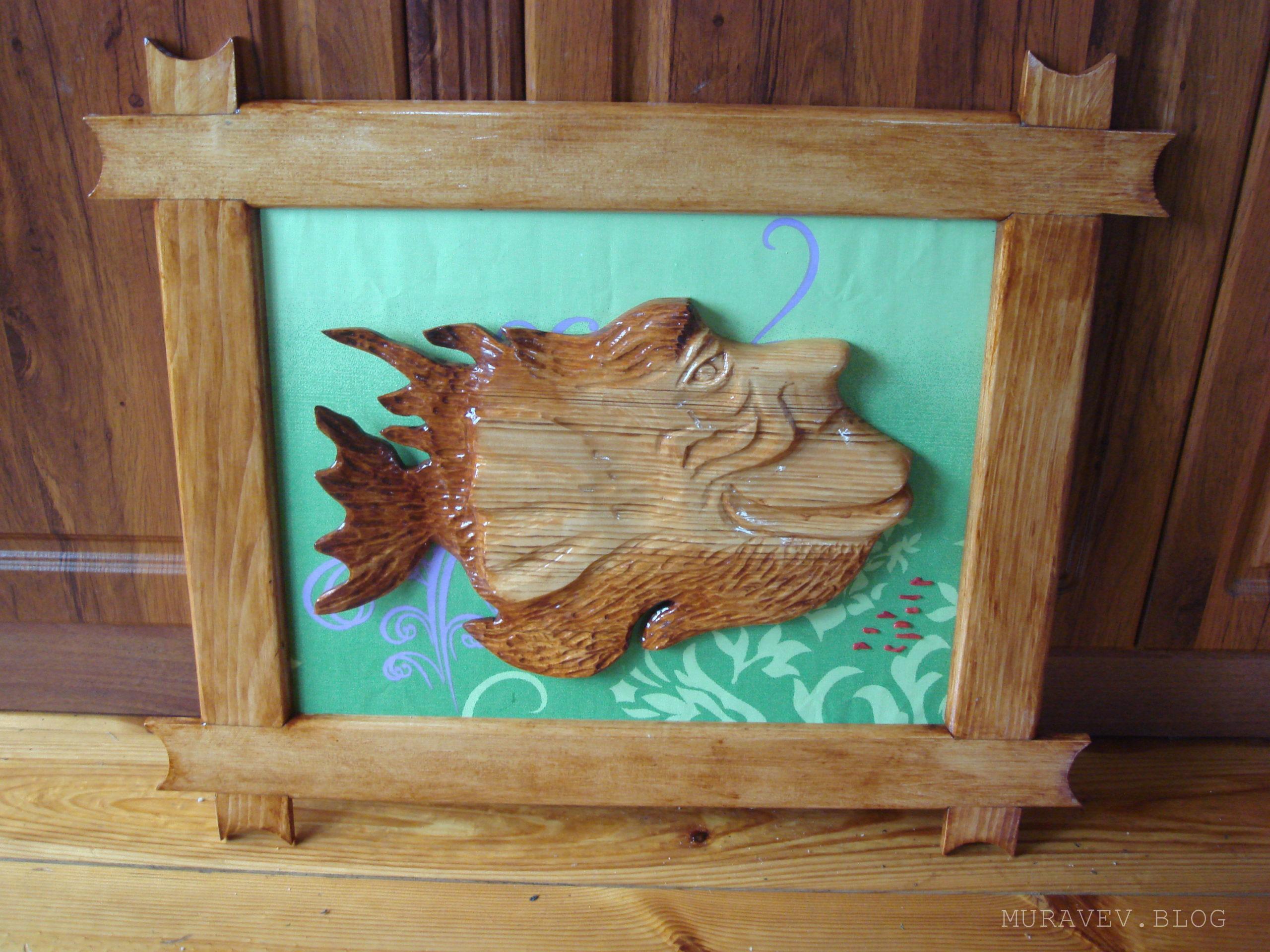 Деревянная рыба с лицом человека фото